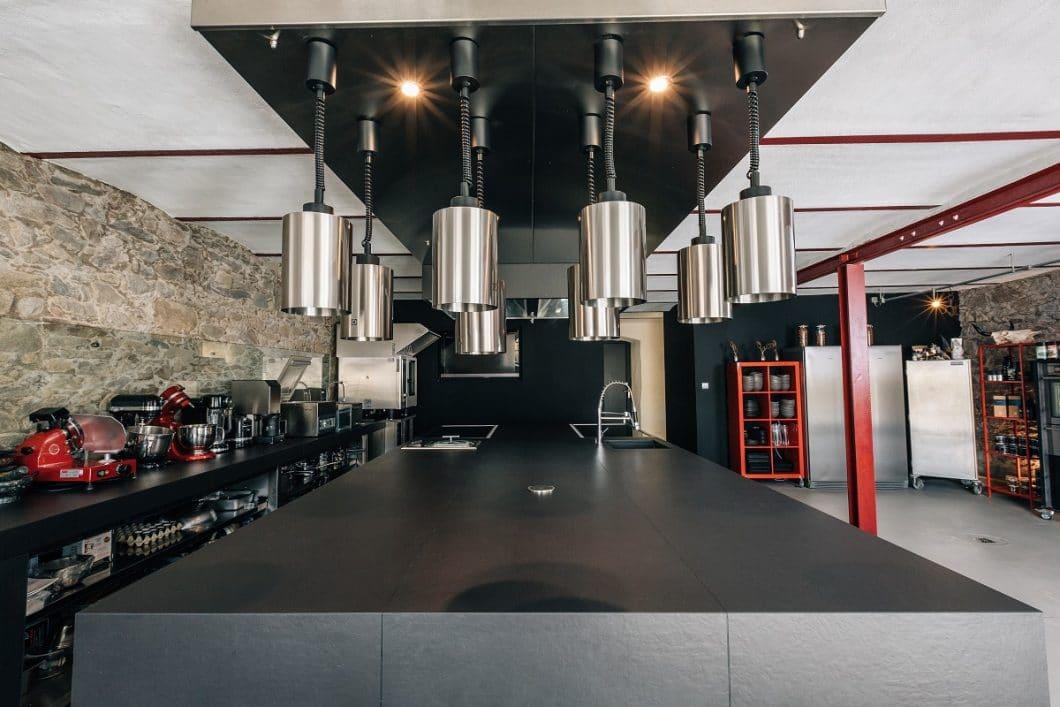 Die Showküche im STOI von Ludwig Maurer wird nicht allein vom Team zum Kochen und Anrichten genutzt. Besucher können das Treiben hier auch beobachten. Umso mehr Wert legte Ludwig Maurer auf das Design des zentralen Küchenblocks. (Foto: MCR)