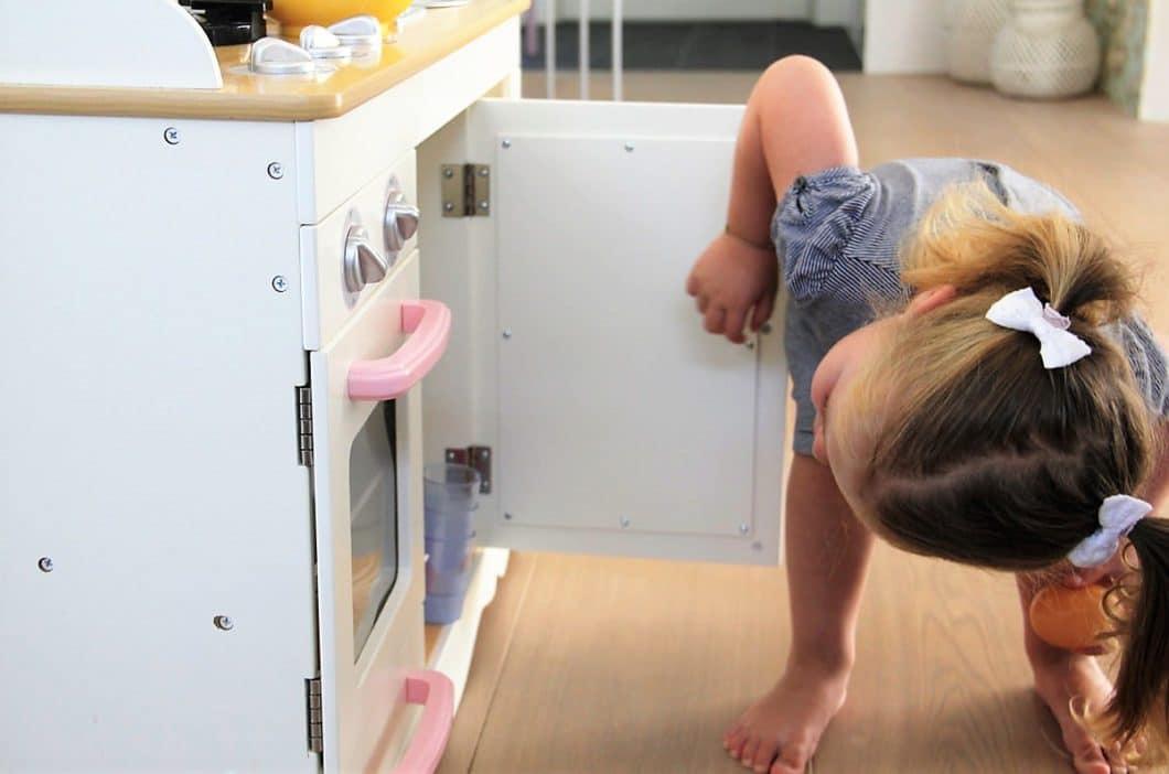 Unsere 24-Punkte-Checkliste gibt Ihnen einen Überblick über Maßnahmen für eine kindersichere Küche, die vor Stromquellen, Chemikalien und Gefahrenherden schützt - und wiederum auch die Küche vor Kinderhänden. (Foto: homlicher küche - raum - manufaktur)