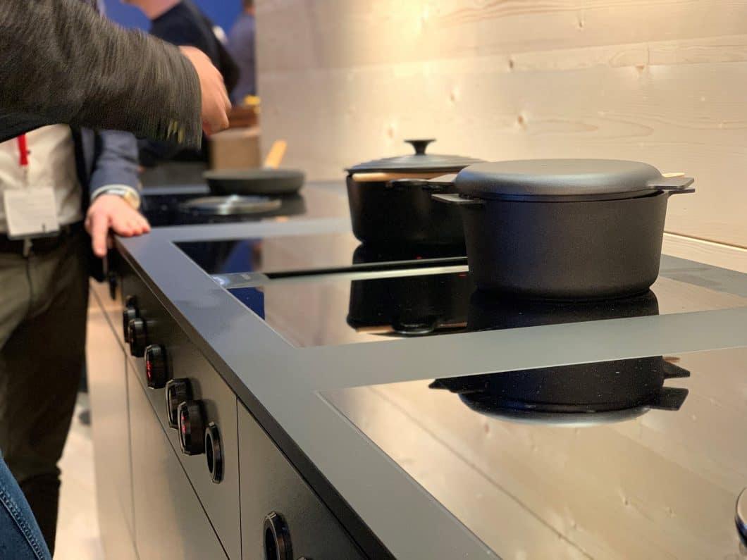 Die Bedienknebel des BORA Professional 2.0 All Black /Edelstahl-Modells sind oftmals das Einzige, das aus einem puristischen Küchenblock herausragt. Mit der schwarzen Farbe integriert sich der Knebel nun noch ästhetischer in dunkle Oberflächen. (Foto: Susanne Scheffer / KüchenDesignMagazin)