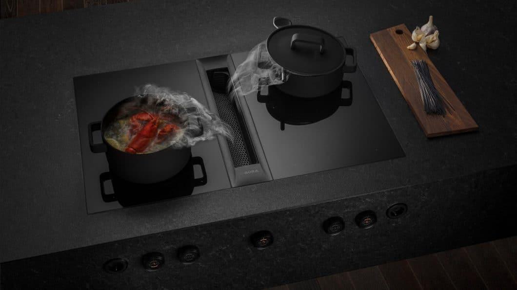 Black is beautiful: beim neuen BORA Professional 2.0 All Black-Kochfeld sind neben der dunklen Glaskeramik auch Lüfterabdeckung und Bedienknebel mit einem satten, schwarzen Metallic-Ton verkleidet. (Foto: BORA)