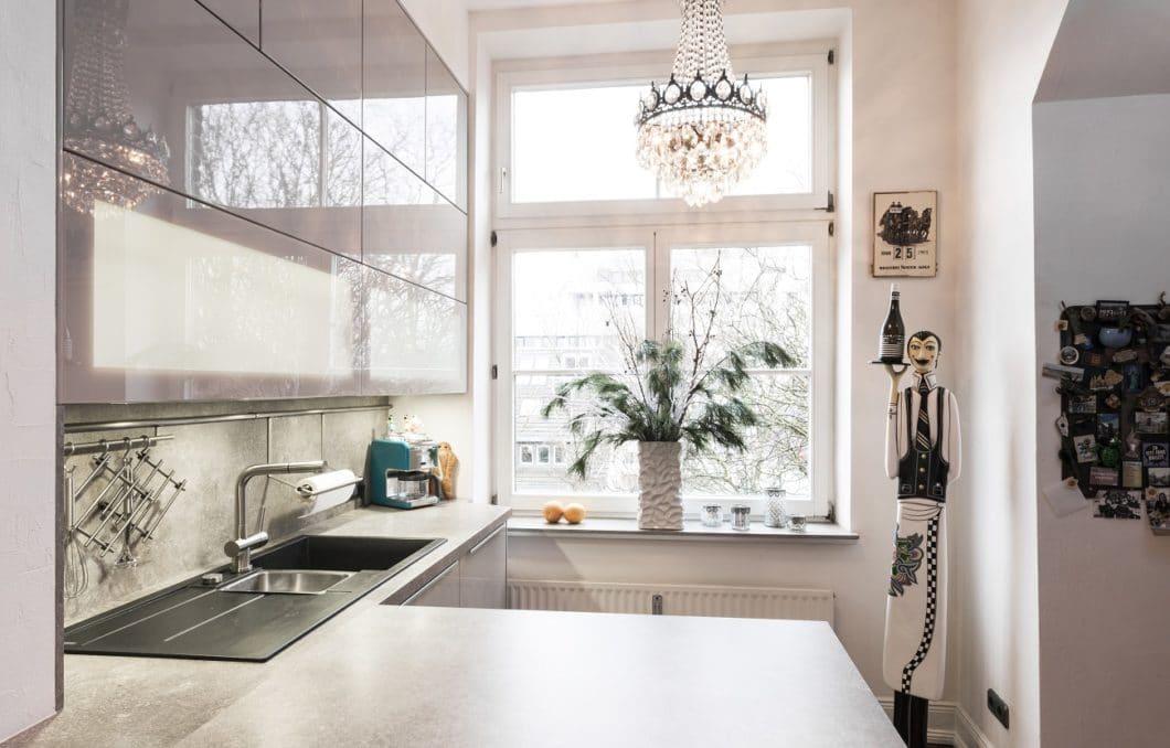 Zierliche Edelstahl-Applikationen und eine sanfte LED-Illuminierung sorgen für eine ruhige und zeitlose Küchenoptik in der individuellen Küche. Mit Accessoires wird die Küche wohnlich - und persönlich. (Foto: Jonas küchen | kultur | köln)