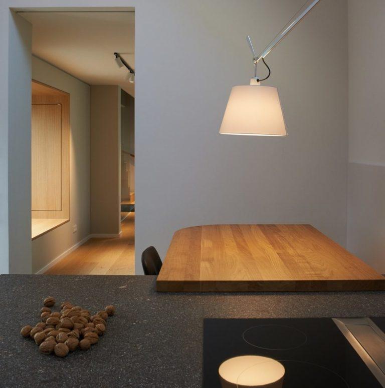 Maßgeschneiderter Küchenraum mit Dachschräge