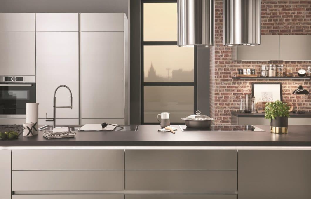 Küchen aus Metall und Aluminium werden immer beliebter. Mittlerweile stellen auch deutsche Küchenhersteller ihre Modelle aus Edelstahl & Co. vor. Hier: Nobilia mit dem Modell Inox. (Foto: nobilia)