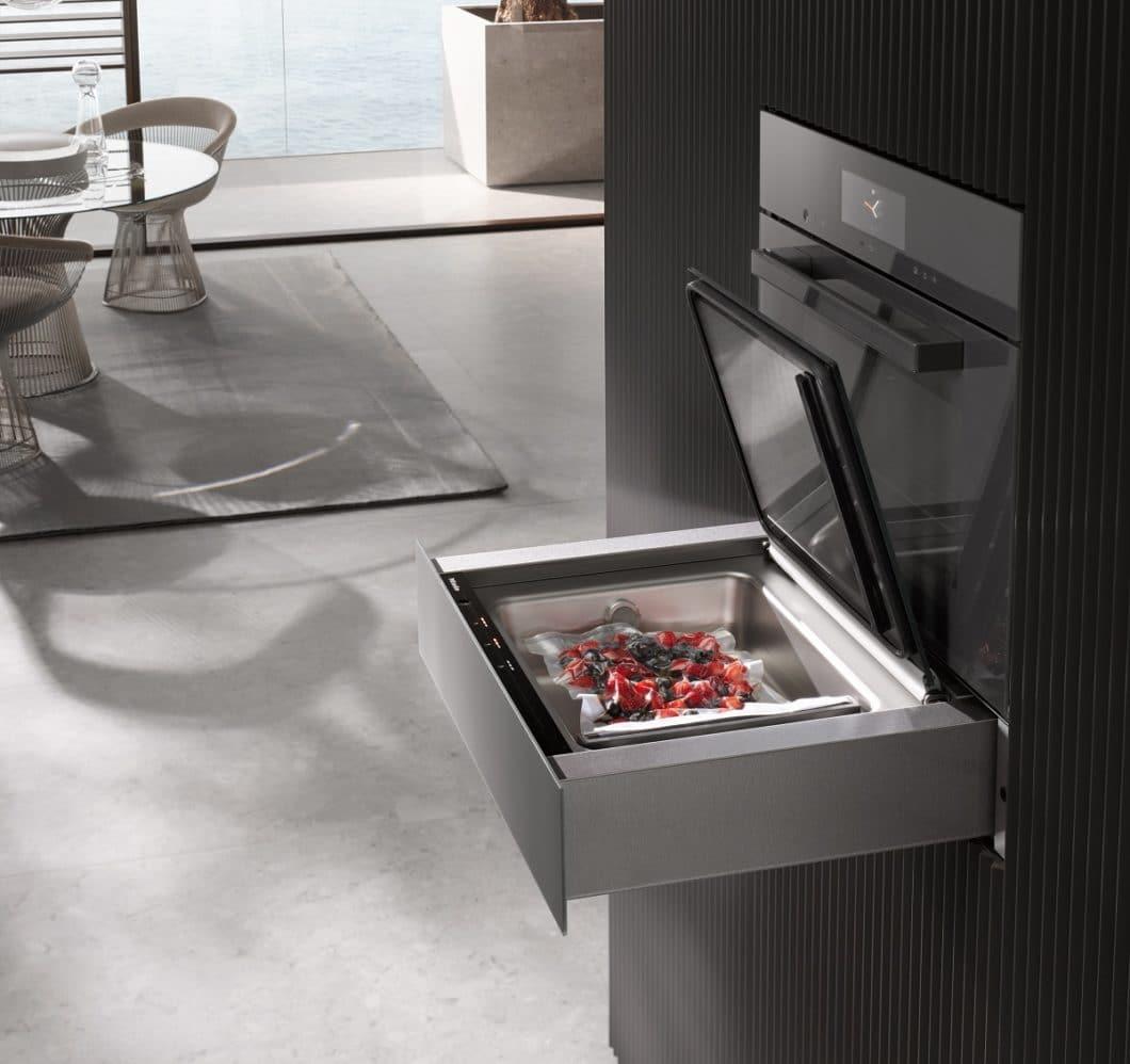 Vakuumierschubladen fügen sich ästhetisch und unauffällig in die Küchenarchitektur ein. Sie stehen für eine schonende, vitaminreiche Zubereitung. (Foto: Miele)