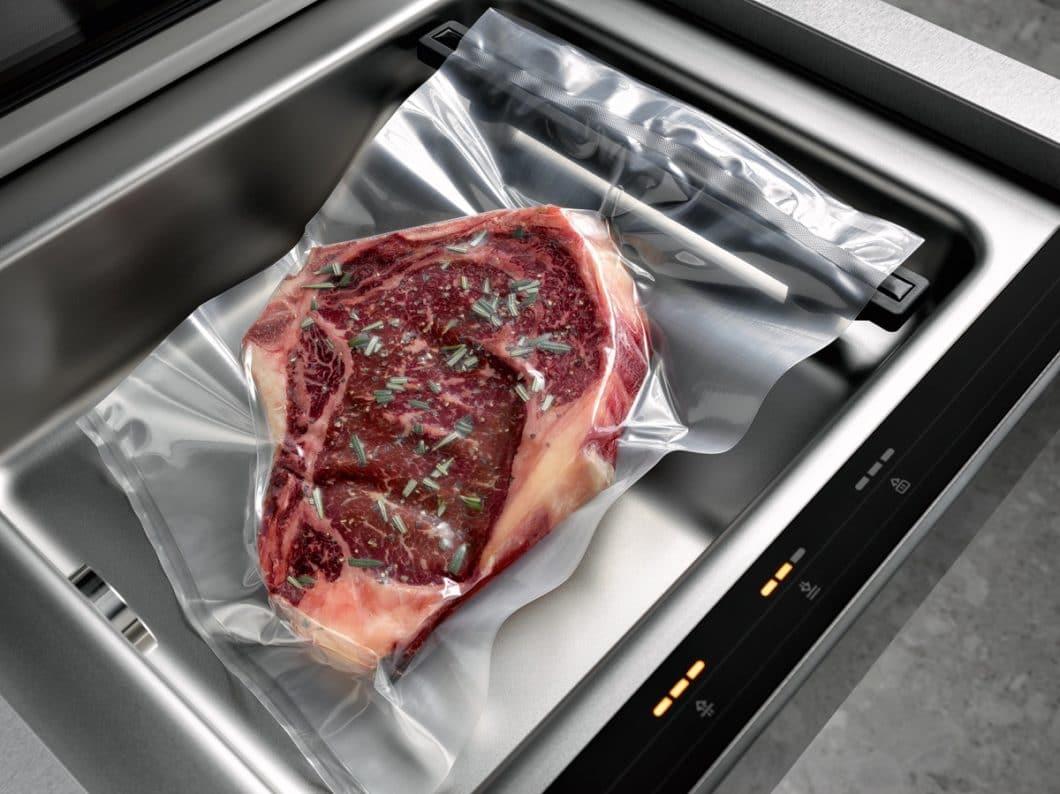 """Fleisch, Fisch und Gemüse wird durch das Garen """"im Vakuum"""" im eigenen Saft besonders aromatisch und schonend geschmort. (Foto: Miele)"""