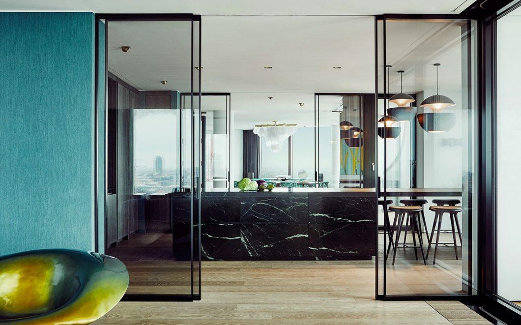 """Die hochelegante Küchenplanung in der Hamburger Elbphilharmonie ist tatsächlich lediglich eine """"Showküche"""", in der Gäste empfangen werden. Die eigentliche """"wet kitchen"""" versteckt sich in einem separaten Raum mit speziellem Zugang. (Foto: Nina Struve)"""