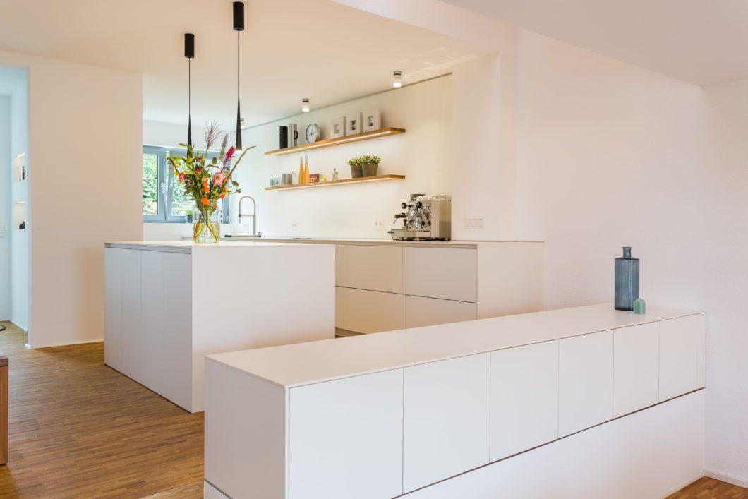 Eine ungewöhnliche Küchenanordnung, die aber maximalen Stauraum bietet und das Licht weit in den Raum vordringen lässt. (Foto: Lang Küchen & Accessoires)