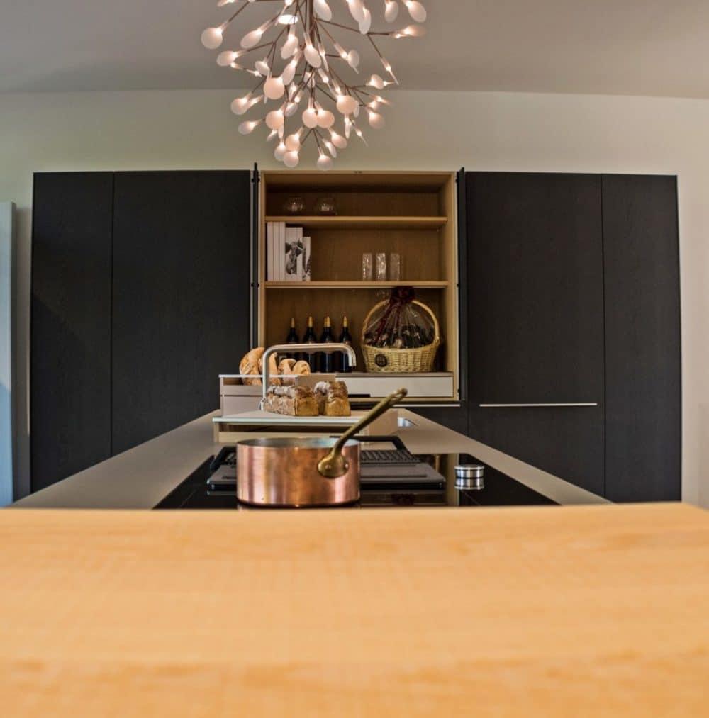 Ein Pocket-Schrank lässt sich beispielsweise auch als präsentable Anrichte beim gemeinsamen Kochen nutzen - und nach getaner Arbeit sauber und flächenbündig verschließen. (Foto: bulthaup Heidelberg)