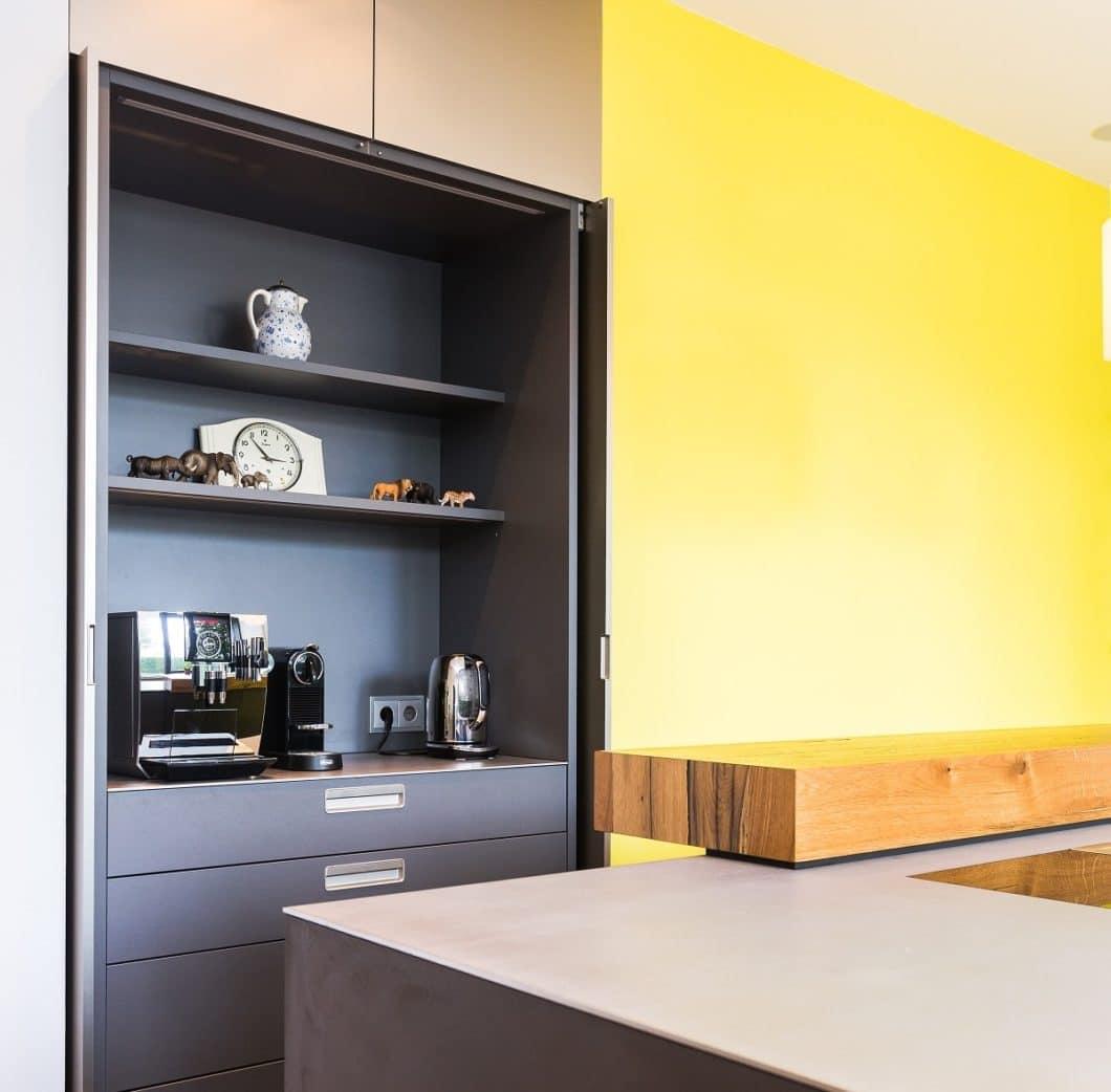 """Der Pocket-Schrank eignet sich als nützliche Nische zum Verstauen von kleinen Küchengeräten, die sonst vielfach """"im Weg herumstehen"""". (Foto: Lang Küchen & Accessoires)"""