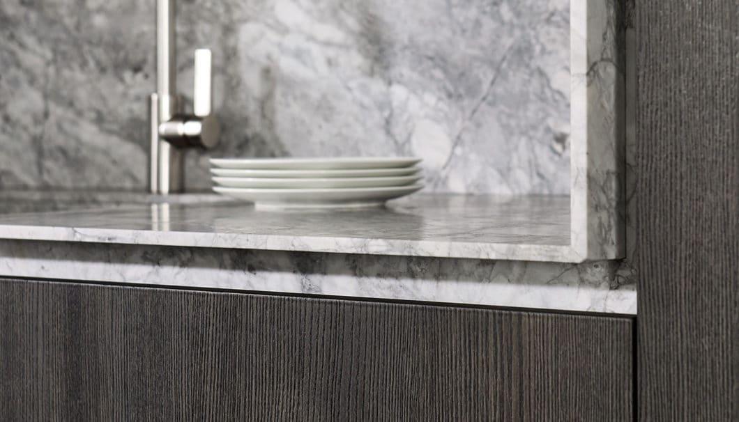 """Stein in der Küche ist ein sehr beliebter, wenngleich luxuriöser Werkstoff. Wie man ihn mal präsent und """"laut"""", aber auch puristisch und """"leise"""" einsetzen kann, zeigen die individuellen Anfertigungen von eggersmann unique. (Foto: eggersmann)"""