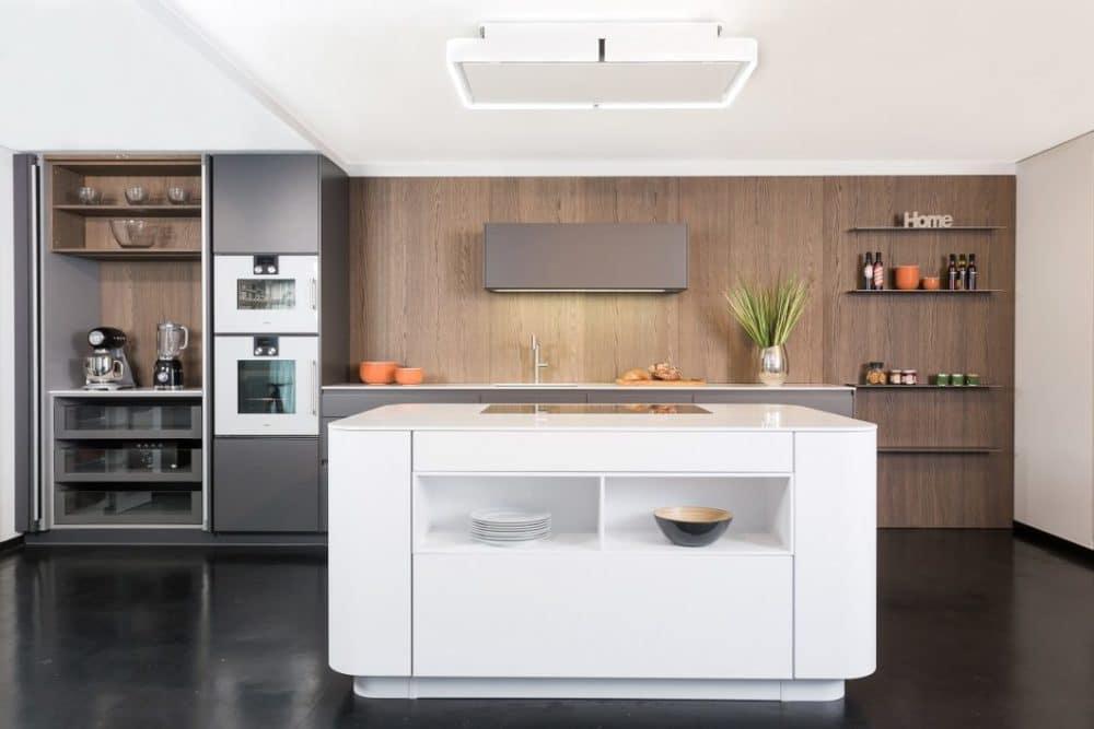... und offenbart in seinem Innersten eine praktikable Küchenanrichte für Geräte oder kleine Handgriffe in der Küche. Regale und Auszüge bieten zusätzlich Stauraum. (Foto: Lang Küchen & Accessoires)