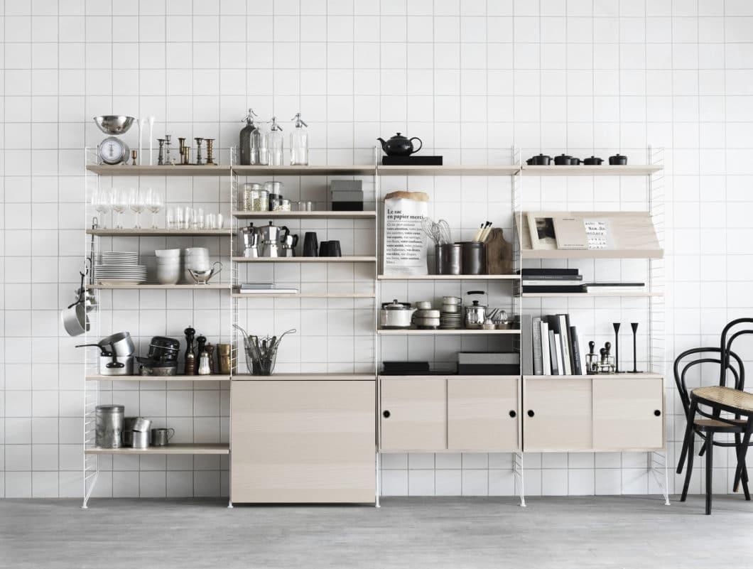 Das Küchen-Regal String+ ist ein skandinavischer Designklassiker, der beliebig zusammensetzbar und erweiterbar ist. (Foto: String Design AB)