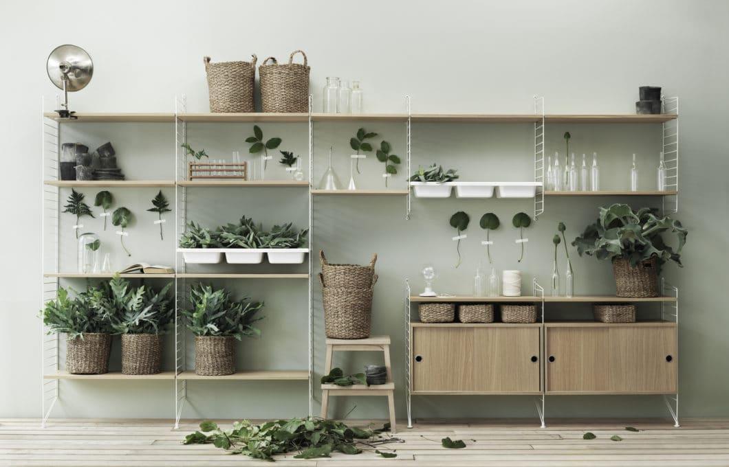 String+ lässt sich zum Wohnzimmerschrank, Küchenregal, Gartenhäuschen, Badezimmertraum und als Flurgarderobe umbauen. Und als herkömmliches Bücherregal, als das es ursprünglich designt wurde, ist es natürlich auch höchst individuell zusammensetzbar. (Foto: String Design AB)