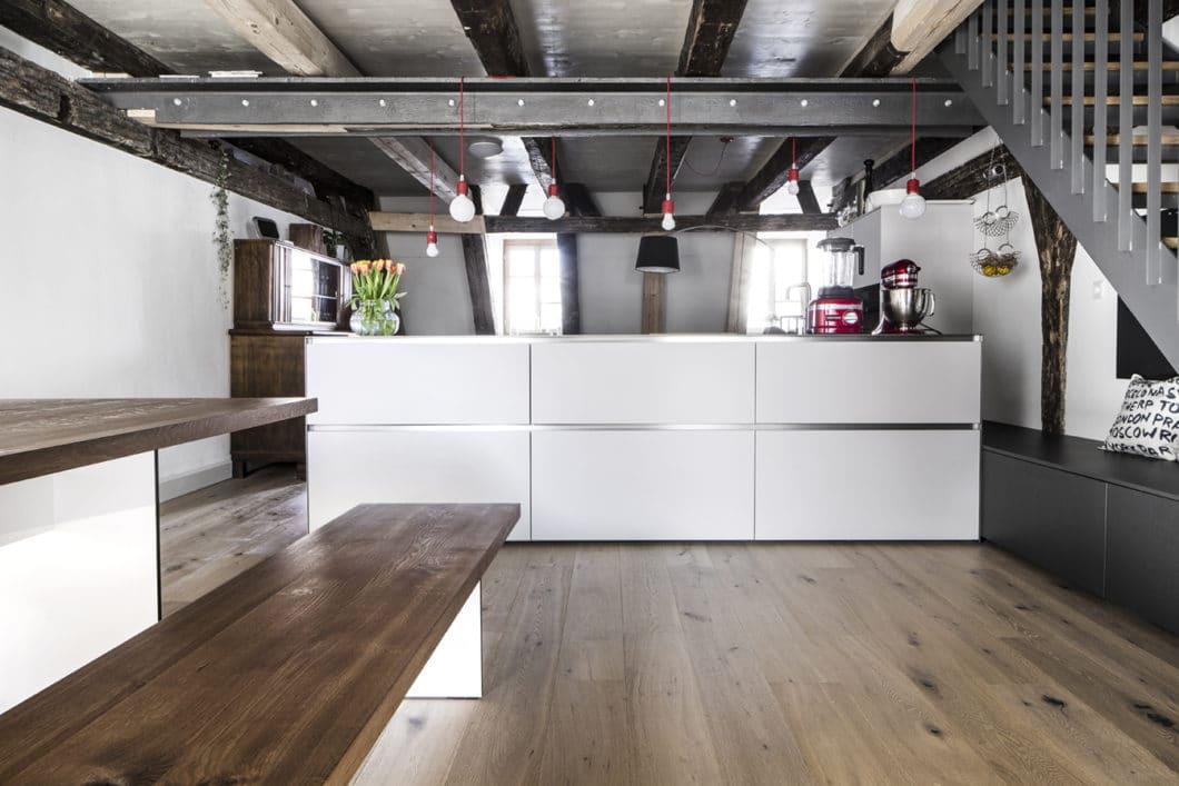 Edelstahl trifft Fachwerkbau: moderne Küche in altem Stadthaus