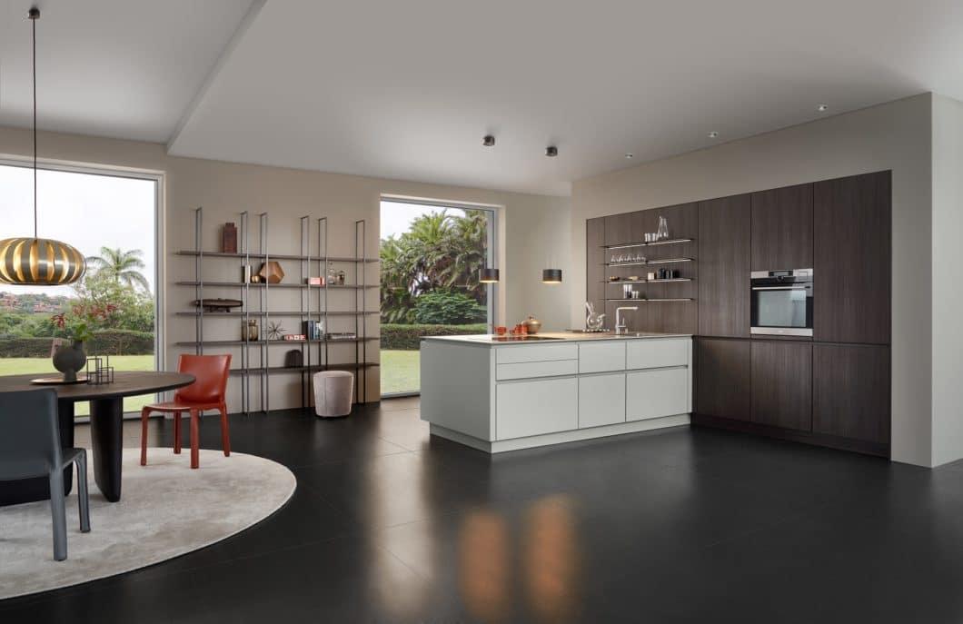 """Daraus hat LEICHT u.a. den Küchenraum """"Metropolitan Merge"""" entwickelt: hier trifft dunkle Bergrubinie auf olivgraue Mattlackfronten und Stahlregale. (Foto: LEICHT)"""