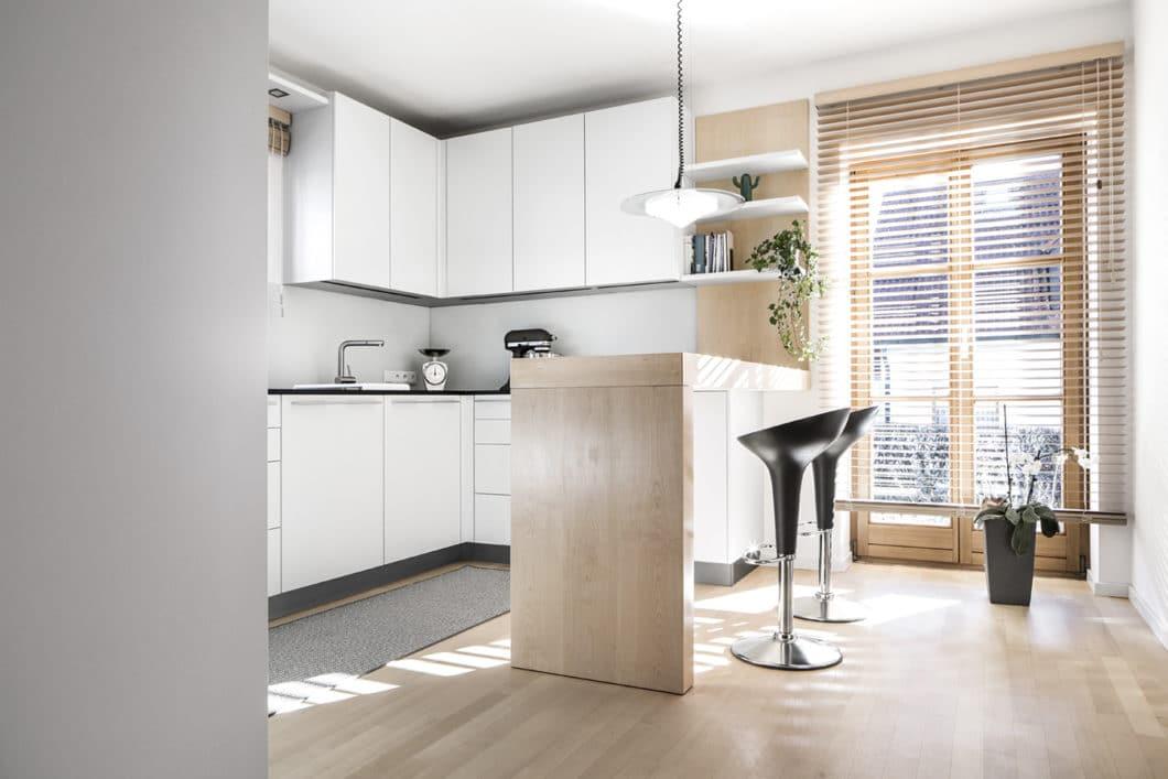 Diese Küchenbar aus Holz bildet den idealen Übergang von Küchen- zu Wohnraum und harmoniert mit dem Parkett. Die Küche wirkt so hell und freundlich. (Foto: Dross Ingolstadt)