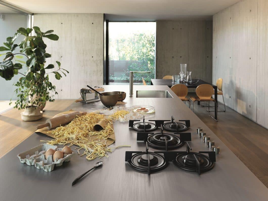 Arbeitsplatten aus Edelstahl werden immer stärker auch in Privathaushalten nachgefragt. Sie können individuell angepasst werden und sind extrem pflegeleicht - verkratzen aber schnell. (Foto: Franke Worktops)