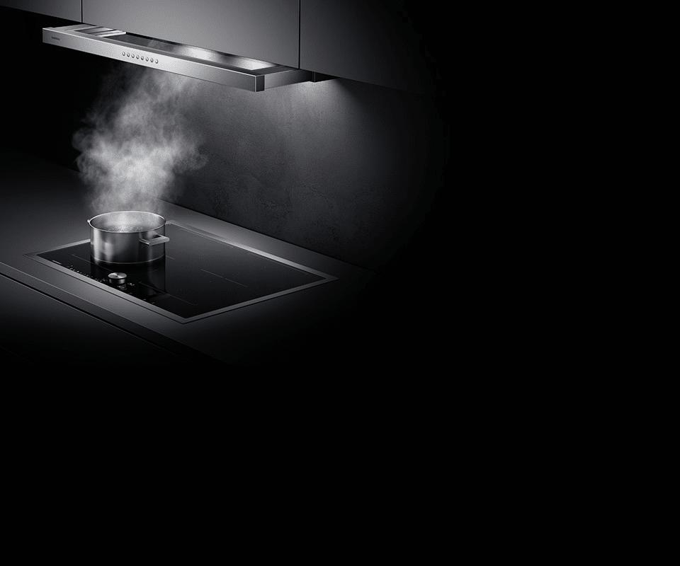 Mit der Flachschirmhaube aus der Serie 200 bietet Gaggenau einen absolut edlen, nahezu versteckten Dunstabzug an, der bei Bedarf aus der Unterseite des Oberschranks ausfährt. (Foto: Gaggenau Hausgeräte)