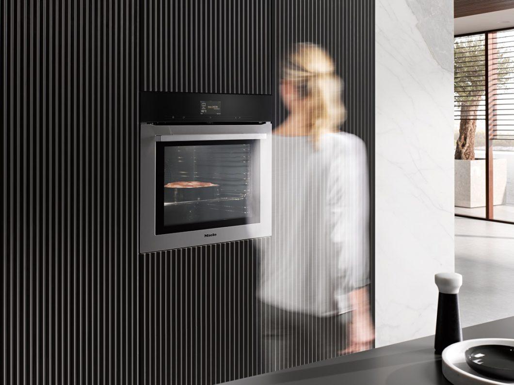 Premium-Küchen setzen, entgegen aller Annahmen, vor allem auf Funktionalität (natürlich in ausgewogenem Verhältnis zum Design). Moderne Geräte wie beispielsweise der Backofen aus der Miele Generation 7000 antizipieren Vorgänge allein durch Bewegung. (Foto: Miele)