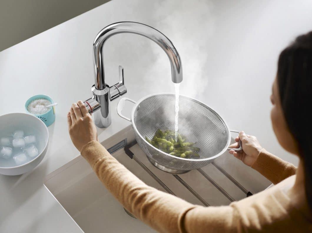 Auch BLANCO präsentiert nun im aktuellen Hype um Heißwasserarmaturen ein eigenes, hochwertiges Modell: die TAMPERA Hot ist mit einem Druck-Dreh-Mechanismus gesichert und liefert exakt 100°C heißes Wasser frisch aus der Armatur. (Foto: BLANCO)