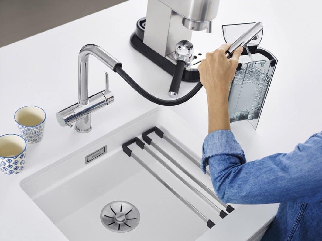 Die hochwertigen Filterarmaturen aus dem BLANCO-Sortiment liefern gereinigtes, aufbereitetes Wasser direkt aus dem Hahn - das eignet sich nicht nur ideal als Trinkwasser, sondern auch für kalkempfindliche Geräte in der Küche. Der Schlauch hilft zusätzlich bei der Befüllung. (Foto: BLANCO)