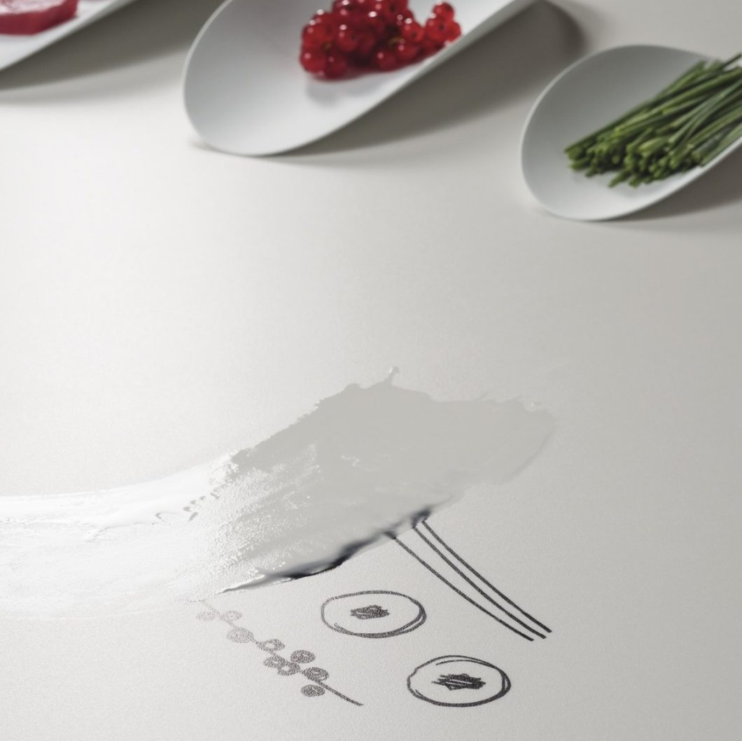 Mit Wasser und herkömmlichen, milden Haushaltsseifen lassen sich die meisten Spuren auf Arbeitsplatten rasch beseitigen. Von Vorteil sind ultra-resistente Verbundwerkstoffe aus Keramik und Steingut. (Foto: SapienStone)