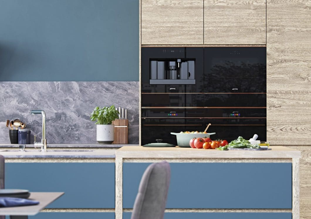 Das horizontale Design der Küche wird mit den Einbaugeräten der DOLCE STIL NOVO-Kollektion weitergeführt. Das kupferfarbene Band ist Hingucker und verbindendes Stil-Element zugleich. (Foto: SMEG)