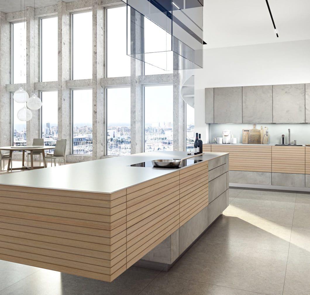 Holz und Beton vereint in einer massiven - und dabei schwebenden - Kücheninsel durch die Skywalk-Architektur: die zeyko Woodline zählt zu den begehrtesten Modellen des Premiumherstellers. (Foto: zeyko)