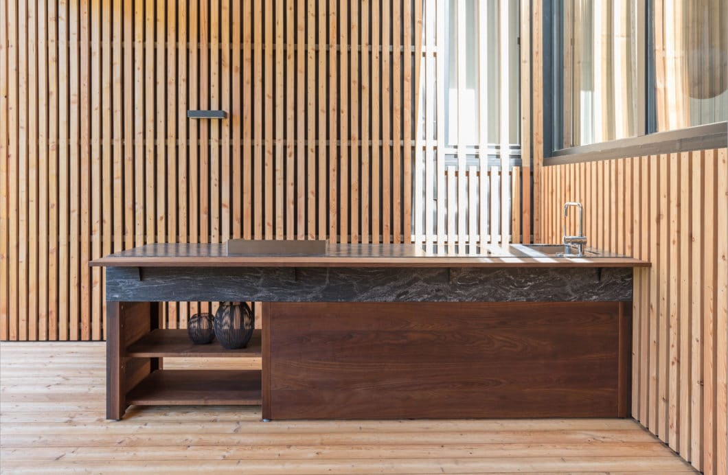 Kaum mehr sind hochwertige Outdoorküchen von Indoorküchen zu unterscheiden. Hersteller bieten immer raffiniertere und höherwertige Modelle an - und Kunden nehmen mehr Geld dafür in die Hand. (Foto: OCQ Outdoorküchen)