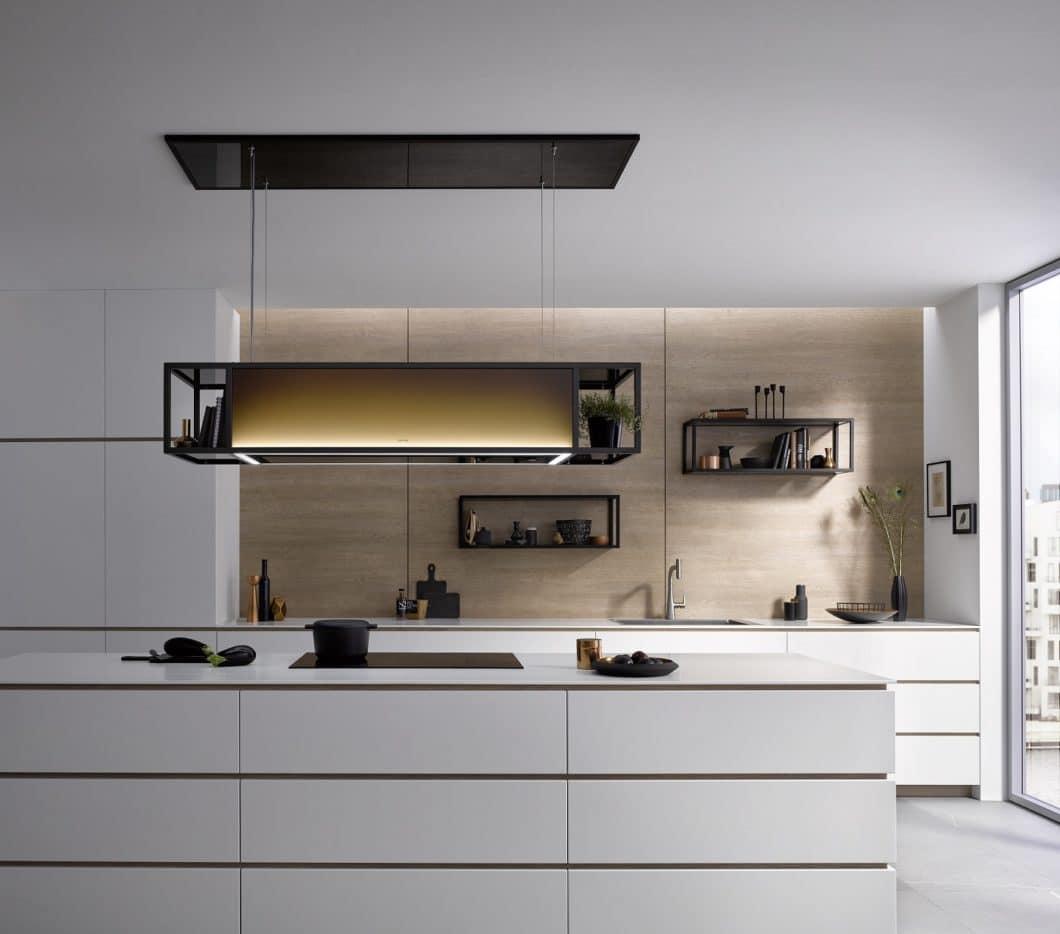 Dunstabzugs-Spezialist berbel bietet zahlreiche Alternativen zum Kochfeldabzug, darunter diesen hochwertigen Deckenlüfter mit Beleuchtung und Regal im Industrial Style. (Foto: berbel Ablufttechnik)