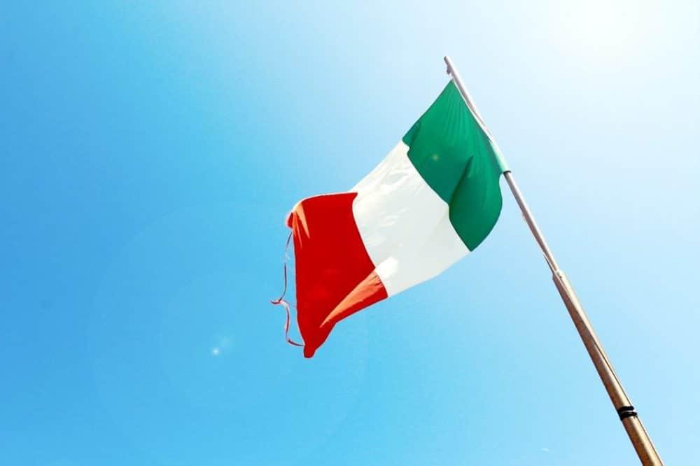 Das Grün der Flagge symbolisiert die grünen Ebenen Italiens, durch welche sich auch die Straßen der Reggio Emilia schlängeln. (Foto: jeshoots.com)