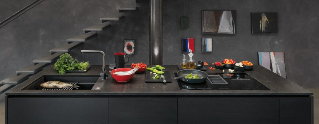 """Neben zahlreichen anderen Herstellern bietet auch Franke mit dem Modell """"Mythos 2gether"""" einen Kochfeldabzug an, der im Kochfeld integriert ist. Dennoch setzt das Unternehmen weiterhin auf den sichtbaren Dunstabzug. (Foto: Franke)"""