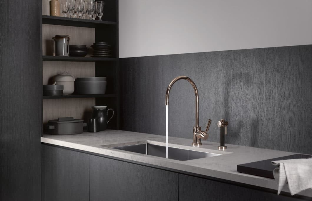 Ästhetisch, puristisch und äußerst luxuriös: die Küchenarmatur Tara CYPRUM glänzt in Kupfer mit Goldpigmenten. (Foto: Dornbracht)