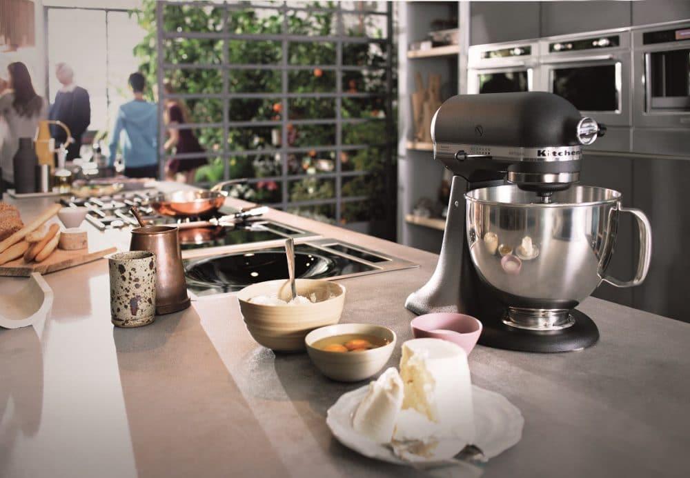 Bislang ist die amerikanische Firma KitchenAid vor allem für seine charakteristischen KitchenAid-Küchenmaschinen bekannt. Mit innovativen Großgeräten mischt der Hersteller in Europa seit etwa 10 Jahren in der Branche mit. (Foto: KitchenAid)