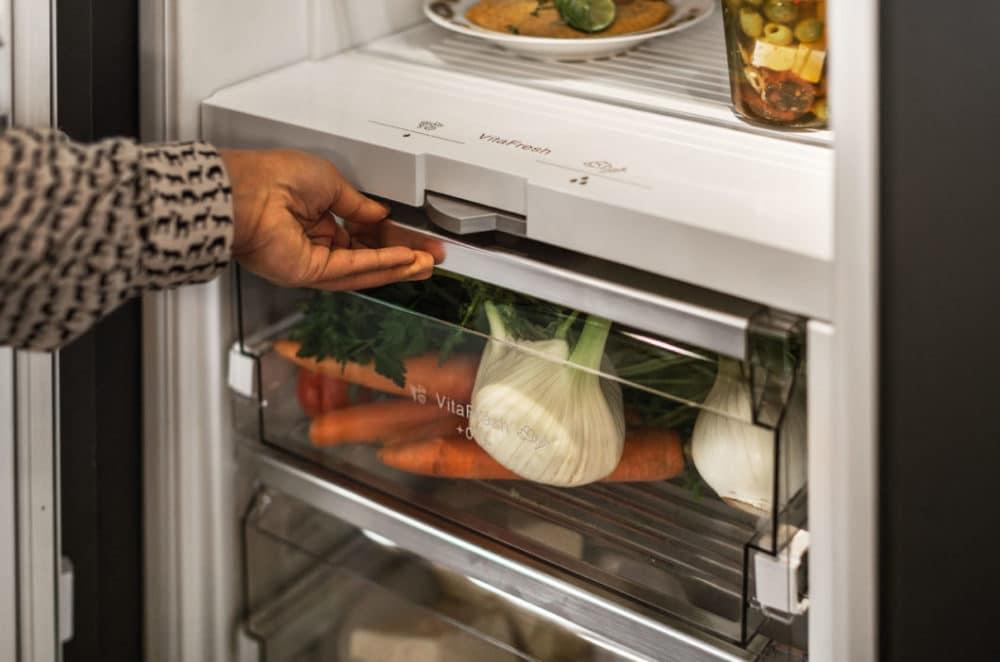 Moderne Kühlgeräte besitzen oft eine No Frost-Komponente: hierbei entfällt sowohl im Kühlgerät als auch im Gefrierfach das Abtauen, da sich aufgrund einer verbesserten Kühlkette kein Eis mehr ansetzen kann. Auch das trägt zur verminderten Lautstärke bei, weil der Kühlschrank weniger arbeiten muss. (Foto: Neff)