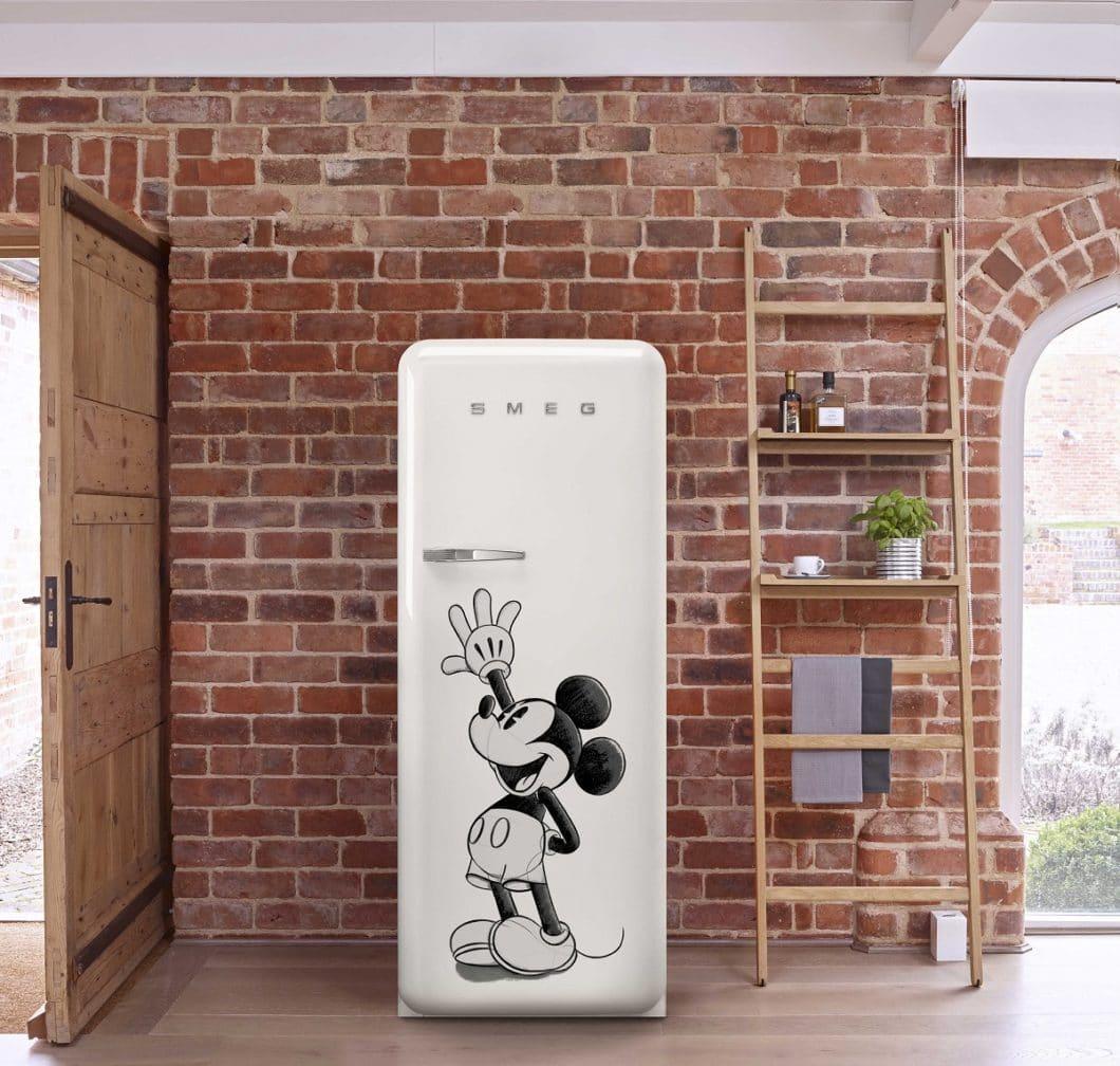 Kultfigur trifft Kultobjekt: die SMEG Mickey Mouse-Edition hat Liebhaberwert. Gleichzeitig strahlt die kindliche Gestaltung einen etwas studentischen Charakter aus. (Foto: SMEG)