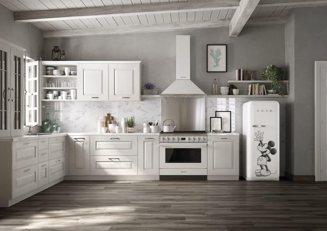 Die filigrane, schwarz-weiße Gestaltung der SMEG Mickey Mouse-Edition lässt eine Kombination mit verschiedenen Küchenstilen zu. Beim Landhausstil ist das allerdings ein gewöhnungsbedürftiges Highlight. (Foto: SMEG)