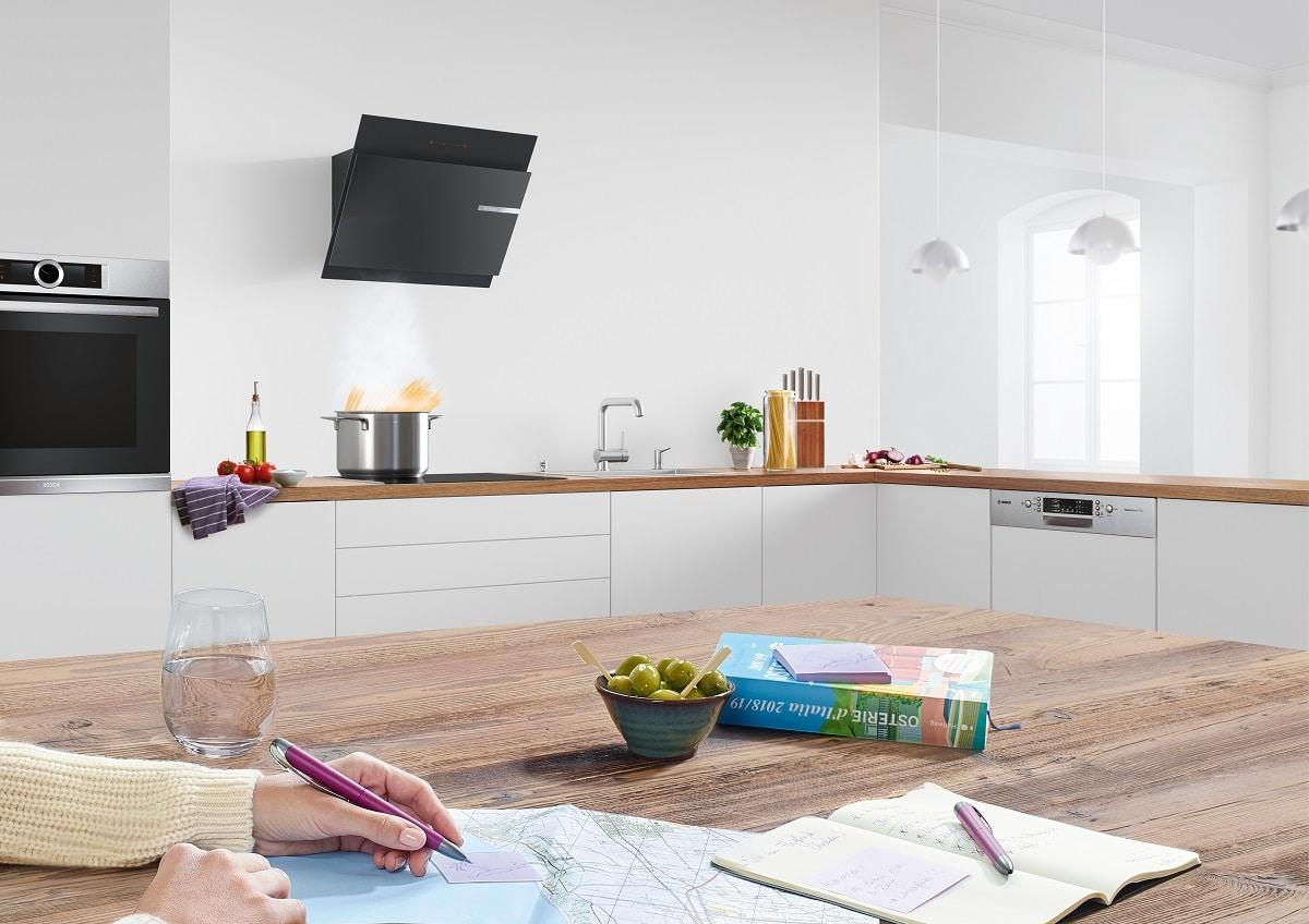 Normale Dunstabzugshauben sind im eingeschalteten Modus häufig besonders laut und ein normales Gespräch im Küchenraum ist fast unmöglich. (Foto: Bosch)