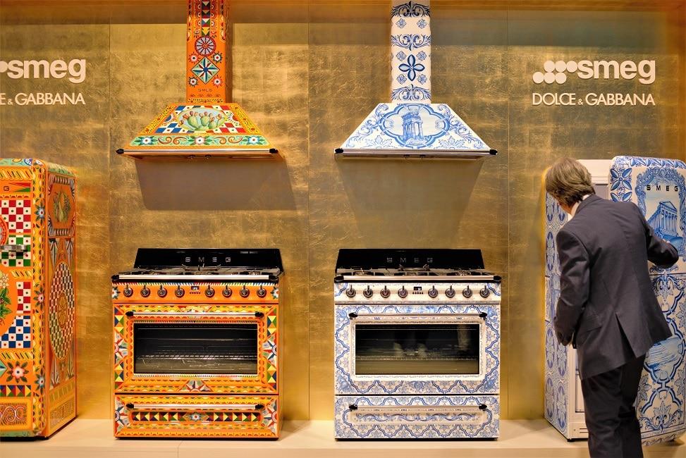 Immer wieder ein Hingucker auf Messen: die vom Designerduo Dolce & Gabbana entworfenen Muster für SMEG-Kühlschränke und -Backöfen sind farbenfroh, extravagant und definitiv individuell. (Foto: Susanne Scheffer/ KüchenDesignMagazin)