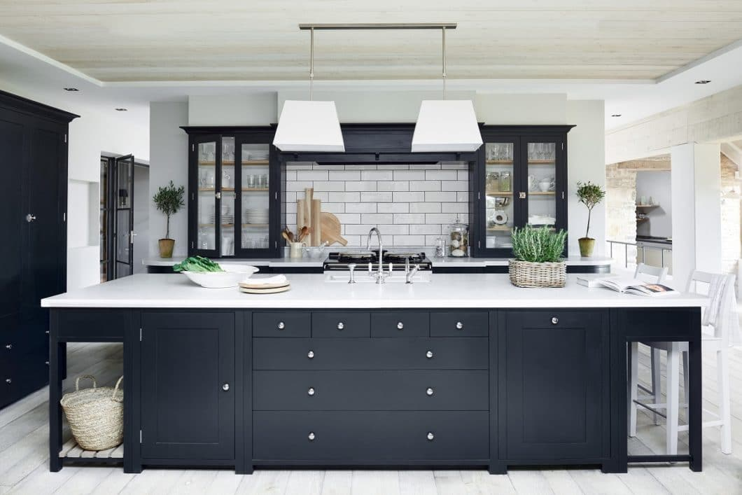 Die englische Landhausküche steht für Wohnlichkeit und Eleganz zugleich. Die hochwertigen Manufakturküchen haben mittlerweile auch im deutschsprachigen Raum wieder Hochkonjunktur. (Foto: Neptune Küchen)