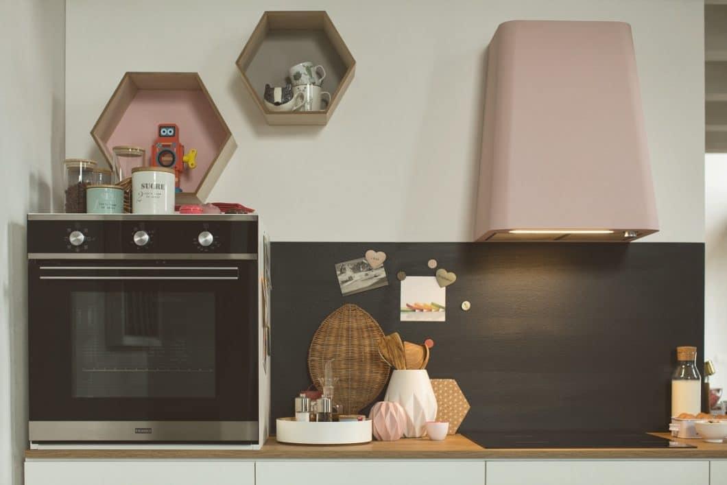"""Kunst oder Küche: das schließt sich künftig mit der """"Smart Deco""""-Wandhaube von Franke nicht mehr aus. Das verspielte Modelle ist eines von zwei neuen Dunstabzügen des Schweizer Herstellers. (Foto: Franke)"""