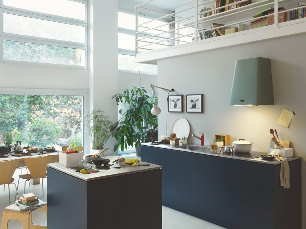 """Die im Art Déco-Stil gehaltene Haube """"Smart Deco"""" muss bewusst ins Küchen-Interior einbezogen werden, um dort geschmackvolle Akzente zu setzen. Wer es puristischer mag, sollte sich die Schräghauben der """"Smart Line"""" von Franke näher ansehen. (Foto: Franke)"""