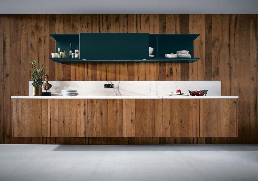 Massivholzküchen setzen sich aus einzeln verleimten Holzbrettern und Blöcken zusammen, weshalb auf keine einheitliche Maserung geachtet werden kann. In diesem wilden Look sieht eine Küche aber besonders individuell aus. (Foto: next125)