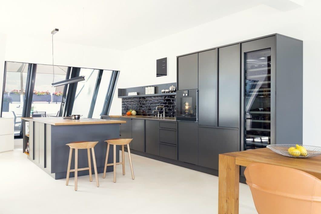 """Selbstverständlich existieren Popstahl-Küchen auch in gedeckten herkömmlichen Farbtönen. Diese dunkle Anthrazit-Küche wird immerhin als """"Schwarzer Pfeffer"""" bezeichnet. (Foto: Lars Pillmann)"""
