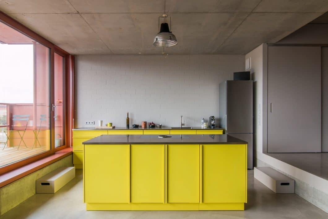 Knallbunt, puristisch und über alle Maßen widerstandsfähig: Popstahl-Küchen sind eine mutige Investition in die Küche der Zukunft. (Foto: Jan Kulke)