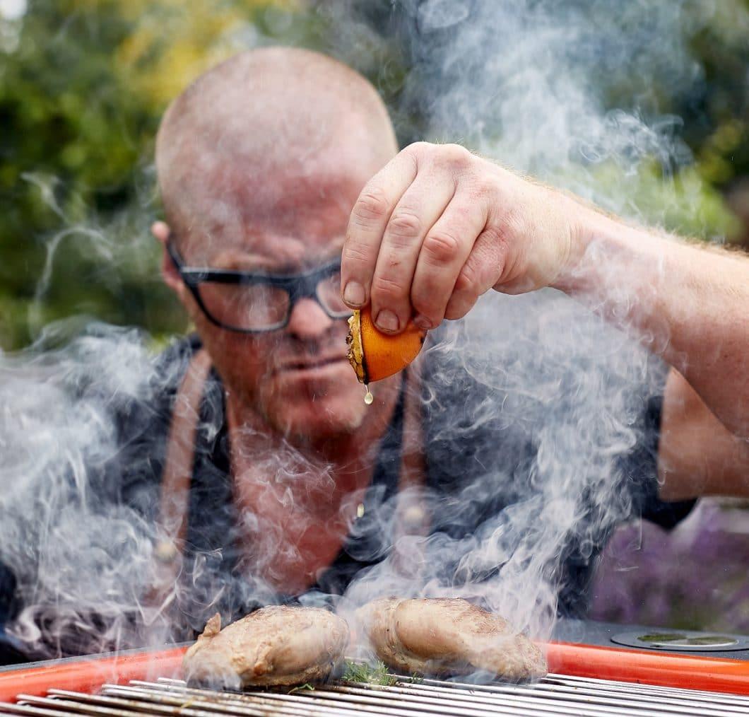 Keine halben Sachen: mit dem Holzkohlegrill HUB™ hat Heston Blumenthal einen Outdoorgrill der Superlative entworfen - ganz im Sinne des Gourmets. (Foto: everdure)