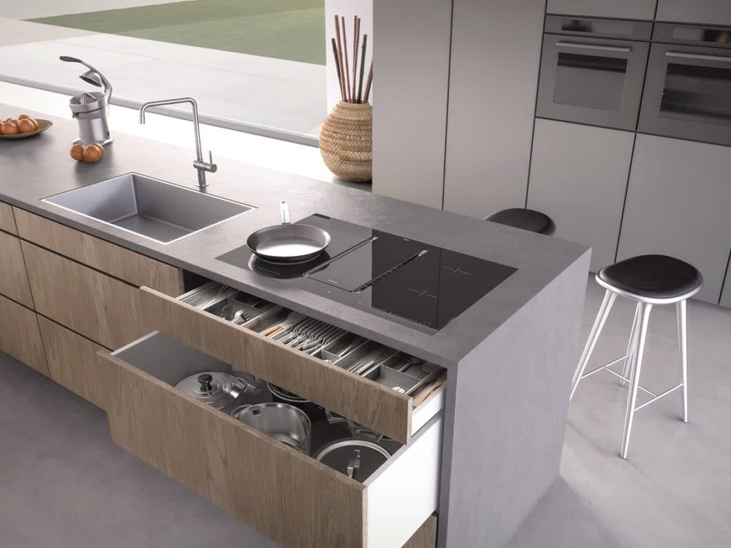 Die Muldenlüftung NIVEL fügt sich ästhetisch in moderne Küchenräume ein - und bietet dem Nutzer in einem schmalen Filtergehäuse 3-fache Lüftung und 5 Kochzonen an. (Foto: Manufaktur Gutmann)