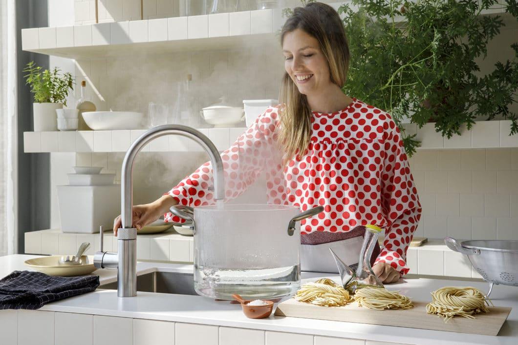 """Ein neuer Trend für mehr Komfort, aber auch Nachhaltigkeit in der Küche: mit sogenannten """"Heißwasserarmaturen"""" wie dem Quooker CUBE oder Franke Mondial kann auf Wasserkocher und -kisten verzichtet werden. (Foto: Quooker CUBE)"""