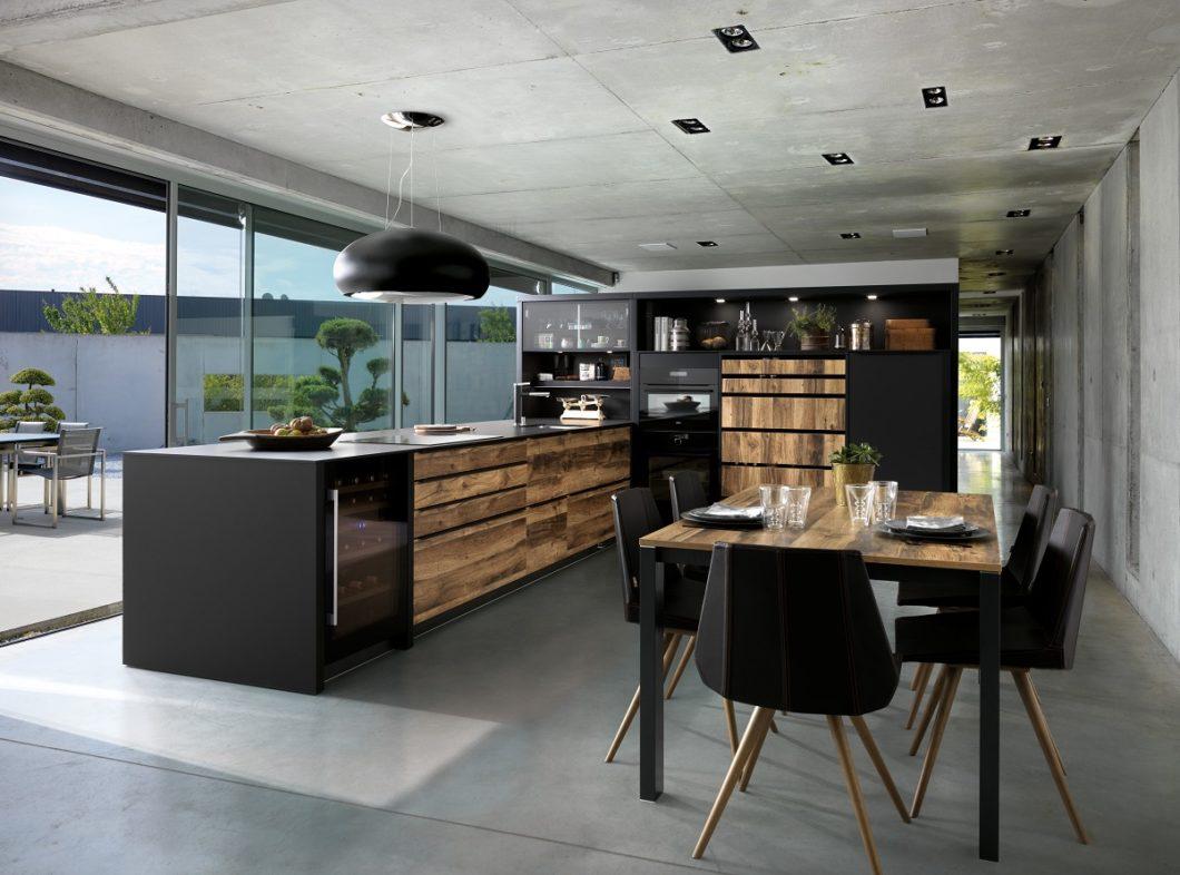 Küchen im Industrial Style Mattlack Schwarz mit Holzfurnier finden Sie beispielsweise bei SCHMIDT Küchen Karlsruhe. (Foto: Schmidt Küchen)