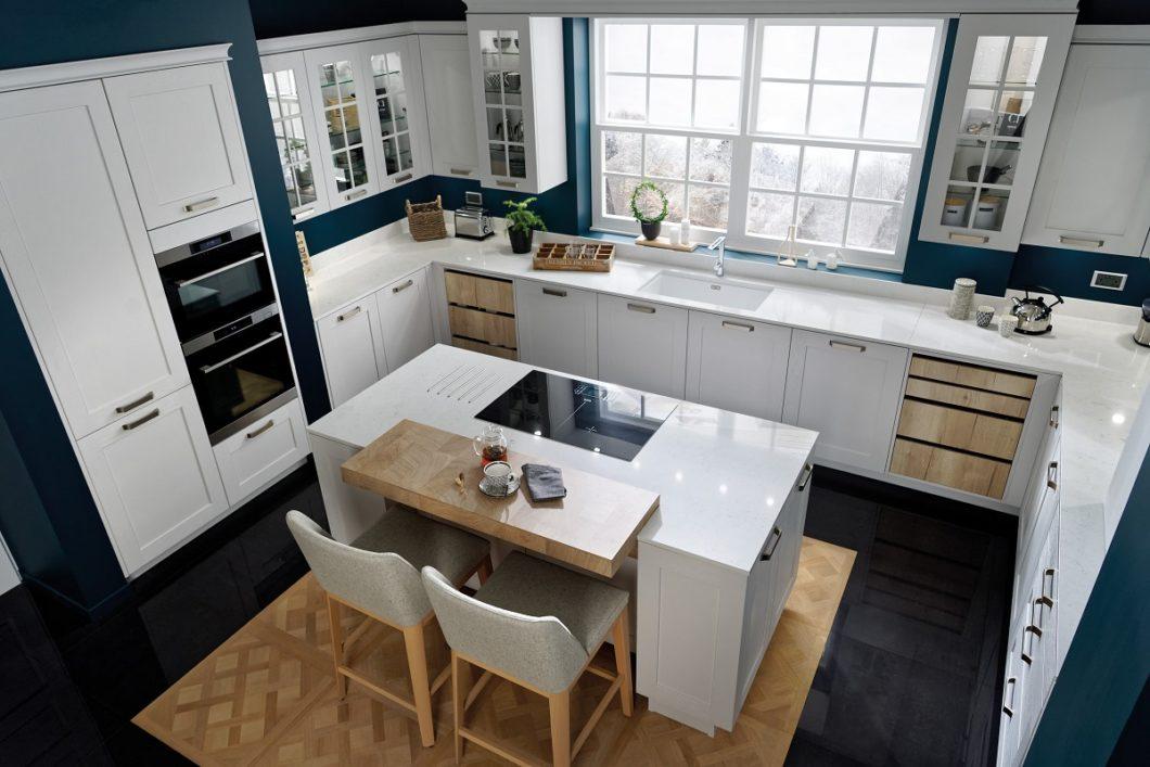Küche im modernen Landhausstil mit feinen Rahmenfronten in Weiß, Dunkelblau und Eichenholz. (Foto: SCHMIDT Küchen)